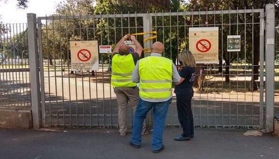 Roma, parco sotto attacco delle cornacchie e i vigili lo chiudono (Stultorum mater sempiter gravida)